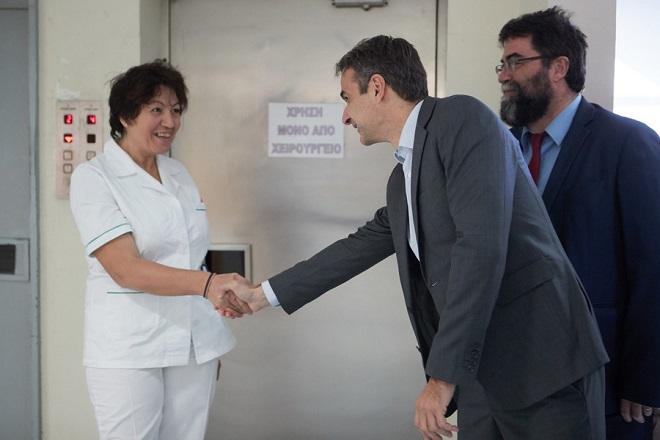Ο πρόεδρος της Νέας Δημοκρατίας Κυριάκος Μητσοτάκης επισκέφθηκε, το Ειδικό Αντικαρκινικό Νοσοκομείο Πειραιά «Μεταξά», προκειμένου να δει από κοντά τα προβλήματα που αντιμετωπίζουν τα δημόσια νοσοκομεία, την Παρασκευή 27 Οκτωβρίου 2017. Επισκέφθηκε την Ογκολογική Κλινική και συνομίλησε με ασθενείς, συναντήθηκε με τη διοίκηση, γιατρούς και νοσηλευτικό προσωπικό.  ΑΠΕ-ΜΠΕ/ΓΡΑΦΕΙΟ ΤΥΠΟΥ ΝΔ/ΔΗΜΗΤΡΗΣ  ΠΑΠΑΜΗΤΣΟΣ