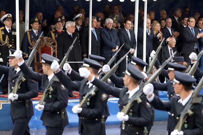 Πεζοπόρα τμήματα παρελαύνουν μπροστά από τους επίσημους κατά τη διάρκεια της παρέλασης για την επέτειο του εορτασμού της 28ης Οκτωβρίου που έγινε στην λεωφόρο Μεγάλου Αλεξάνδρου, στη Θεσσαλονίκη. Σάββατο 28 Οκτωβρίου 2017. Με τη στρατιωτική παρέλαση ενώπιον του Πρόεδρου της Δημοκρατίας Προκόπη Παυλόπουλου κορυφώνονται οι εκδηλώσεις στη Θεσσαλονίκη για την 28η Οκτωβρίου. ΑΠΕ ΜΠΕ/PIXEL/ΜΠΑΡΜΠΑΡΟΥΣΗΣ ΣΩΤΗΡΗΣ