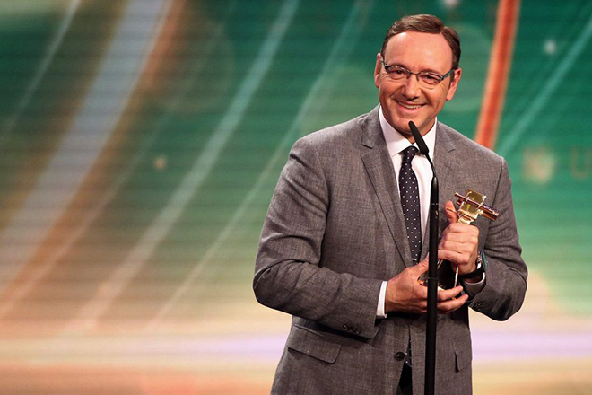 epa04640660 US actor Kevin Spacey delivers a speech after receiving a Golden Camera award category 'Best Actor International' at the 50th annual Goldene Kamera (Golden Camera) film and television award ceremony in Hamburg, Germany, 27 February 2015.  EPA/CHRISTIAN CHARISIUS / POOL