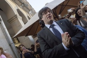 epa06295219 Catalan dismissed President, Carles Puigdemont, greets supporters at the entrance of a restaurant in Vi square, Girona (Catalonia, northeastern Spain), 28 October 2017. Puigdemont offered a speech earlier today after Spanish Government removed him from post the previous day as part of the package of initiatives applied in observance to the Spanish Constitution's 155 Article. Puigdemont said that he does not acknowledge his dismissal as Catalan President and asked Catalans to have 'patience, persistance and perspective' to 'defend the conquests achieved up to now'.  EPA/MARTA PEREZ