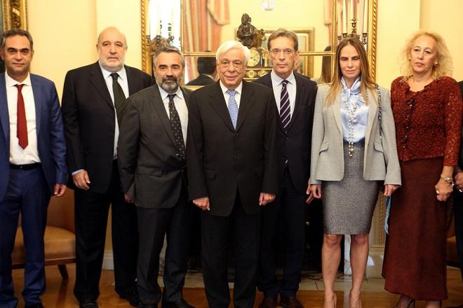 Ο Πρόεδρος της Δημοκρατίας Προκόπης Παυλόπουλος (Κ) φωτογραφίζεται με το προεδρείο του Σύνδεσμου Επιχειρήσεων Πληροφορικής και Επικοινωνιών Ελλάδος ΣΕΠΕ που τον επισκέφθηκαν σήμερα στο Προεδρικό Μέγαρο, Τρίτη 31 Οκτωβρίου 2017. ΑΠΕ-ΜΠΕ/ΑΠΕ-ΜΠΕ/Αλέξανδρος Μπελτές