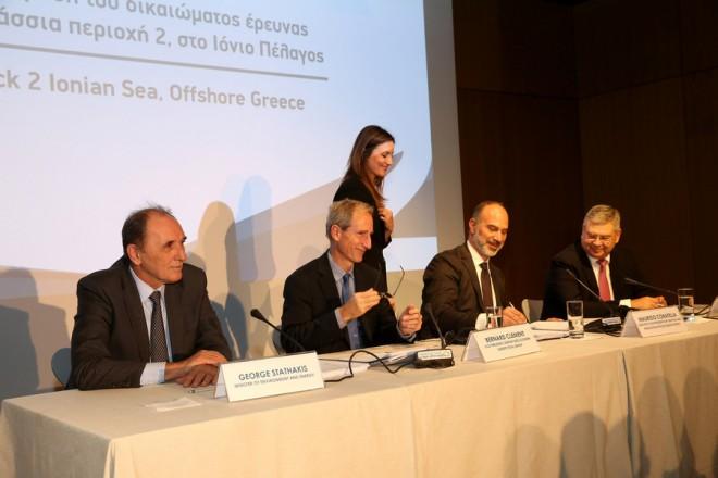 Ο υπουργός Περιβάλλοντος και Ενέργειας Γιώργος Σταθάκης (Α), ο αντιπρόεδρος του ομίλου της Total για την Κασπία και τη Νότια Ευρώπη Bernard Clement (2Α), ο εκτελεστικός αντιπρόεδρος Έρευνας και Παραγωγής του ομίλου Edison Maurizio Coratella (2Δ) και o αναπληρωτής Διευθύνοντας Σύμβουλος της ΕΛΠΕ Ανδρέας Σιάμισιης (Δ) υπογράφουν κατά τη διάρκεια της εκδήλωσης για την υπογραφή της Σύμβασης Μίσθωσης  με την κοινοπραξία Total-Edison-ΕΛ.ΠΕ. για την παραχώρηση του δικαιώματος έρευνας και εκμετάλλευσης υδρογονανθράκων στη θαλάσσια περιοχή 2, στο Ιόνιο Πέλαγος, την Τρίτη 31 Οκτωβρίου 2017, στην Εθνική Βιβλιοθήκη, που στεγάζεται στο  Ίδρυμα Σταύρος Νιάρχος. ΑΠΕ-ΜΠΕ/ΑΠΕ-ΜΠΕ/ΟΡΕΣΤΗΣ ΠΑΝΑΓΙΩΤΟΥ