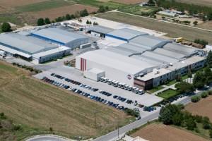 Φωτογραφία αρχείου της 23 Ιουλίου 2009 που δόθηκε σήμερα στη δημοσιότητα και εικονίζει το εργοστάσιο ΚΡΙ-ΚΡΙ στις Σέρρες, με αφορμή την είσοδο στην αγορά ελληνικού γιαουρτιού της Μ. Βρετανίας και επέκταση του επενδυτικού προγράμματος της εταιρείας. Η Βιομηχανία Γάλακτος ΚΡΙ ΚΡΙ,  εγκαινιάζει την παρουσία της στην αγορά ελληνικού γιαουρτιού της Μ. Βρετανίας, με το ξεκίνημα της συνεργασίας της με τη σημαντική αγγλική αλυσίδα super market Waitrose. Η συνεργασία της ΚΡΙ ΚΡΙ με τη Waitrose αφορά στην παραγωγή ελληνικού γιαουρτιού με ιδιωτική ετικέτα, σηματοδοτώντας την είσοδο της ΚΡΙ ΚΡΙ στην πλέον ενδιαφέρουσα αγορά ελληνικού γιαουρτιού της Ευρώπης. Δευτέρα 19  Αυγούστου 2013. ΑΠΕ-ΜΠΕ/ΒΙΟΜΗΧΑΝΙΑ ΚΡΙ-ΚΡΙ/STR