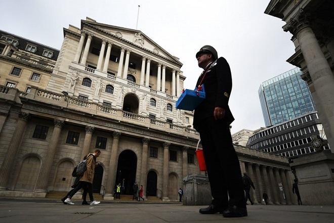 Για πρώτη φορά σε μια δεκαετία αυξάνει τα επιτόκια η Τράπεζα της Αγγλίας