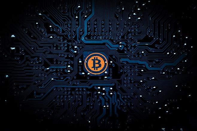 Συνεχίζεται το ράλι του Bitcoin – Στα 6.900 δολάρια η τιμή του