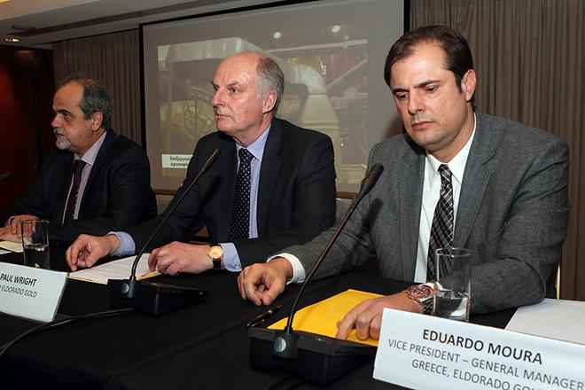Ο διευθύνων σύμβουλος του καναδικού ομίλου Eldorado Gold Paul Wright (Κ) μιλά κατά την διάρκεια συνέντευξης τύπου , ενώ παρακολουθούν ο Διευθύνων Σύμβουλος της Ελληνικός Χρυσός Μιχάλης Θεοδωρακόπουλος (Α) και ο αντιπρόεδρος και γενικός διευθυντής της Eldorado Gold στην Ελλάδα Eduardo Moura (Δ), Τρίτη 12 Ιανουαρίου 2016. Την αναστολή των εργασιών στις Σκουριές Χαλκιδικής ανακοίνωσε η Eldorado Gold που είναι η μητρική εταιρεία της Ελληνικός Χρυσός. ΑΠΕ-ΜΠΕ / ΑΠΕ-ΜΠΕ / Παντελής Σαίτας