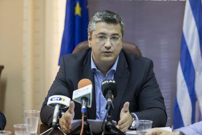 Ο περιφερειάρχης Κεντρικής Μακεδονίας Απόστολος Τζιτζικώστας μιλάει κατά τη διάρκεια της συνέντευξης τύπου για την ένταξη 12 έργων αποχέτευσης στο ΕΣΠΑ της Περιφέρειας Κεντρικής Μακεδονίας, που πραγματοποιήθηκε στο κτίριο της ΠΚΜ. Θεσσαλονίκη, Τρίτη 25 Ιουλίου 2017. ΑΠΕ ΜΠΕ/PIXEL/ΣΩΤΗΡΗΣ ΜΠΑΡΜΠΑΡΟΥΣΗΣ