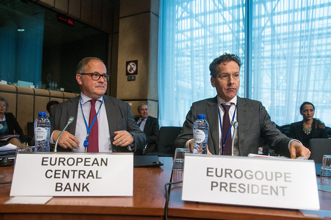 epa06311325 Benoit Coeure (L), Executive Board of the European Central Bank (ECB), and Eurogroup President and Dutch Finance Minister, Jeroen Dijsselbloem (R) during a macroeconomic dialogue on the sidelines of ECOFIN in Brussels, Belgium, 06 November 2017.  EPA/STEPHANIE LECOCQ