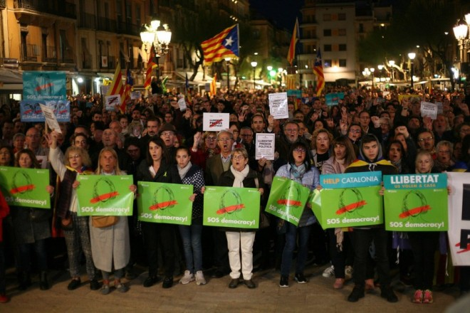 epa06316546 People take part at a protest against the imprisonment of pro-independence leaders and demand their freedom, at Placa de la Font in Tarragona, Catalonia, northeastern Spain, 08 November 2017. A new strike has been called in Catalonia by minority inter union CSC to protest against the imprisonment of pro-independence leaders. The Central independent and Civil Servants Union (CSIF) has refused the strike and opposed to the protests called by other unions adducing that strikes are meant to improve workers conditions.  EPA/Jaume Sellart