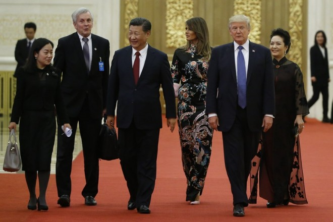 epa06317847 US President Donald Trump and first lady Melania arrive for the state dinner with China's President Xi Jinping and China's first lady Peng Liyuan at the Great Hall of the People in Beijing, China,  China, 09 November 2017. US President Donald J. Trump is in China for a state visit from 08 to 10 November as part of his 12-day tour of Asia.  EPA/THOMAS PETER / POOL