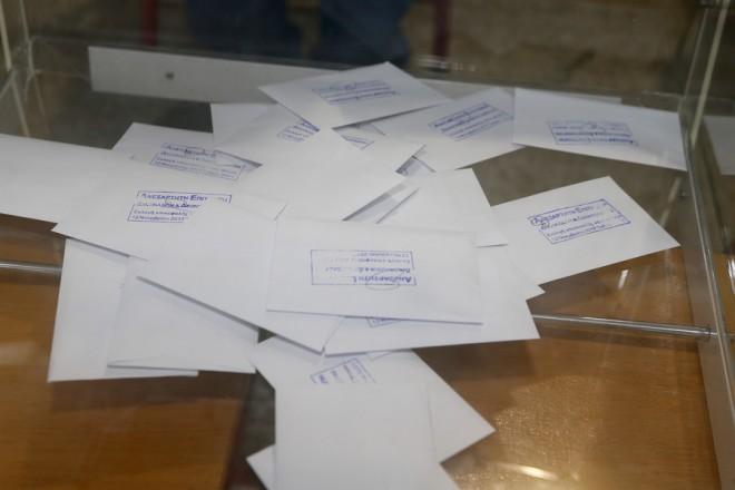 Ψηφοδέλτια για την εκλογή του επικεφαλής του νέου ενιαίου πολιτικού φορέα της Κεντροαριστεράς σεεκλογικό κέντρο στην Καλλιθέα , την Κυριακή 12 Νοεμβρίου 2017. ΑΠΕ-ΜΠΕ/ΑΠΕ-ΜΠΕ/Παντελής Σαίτας
