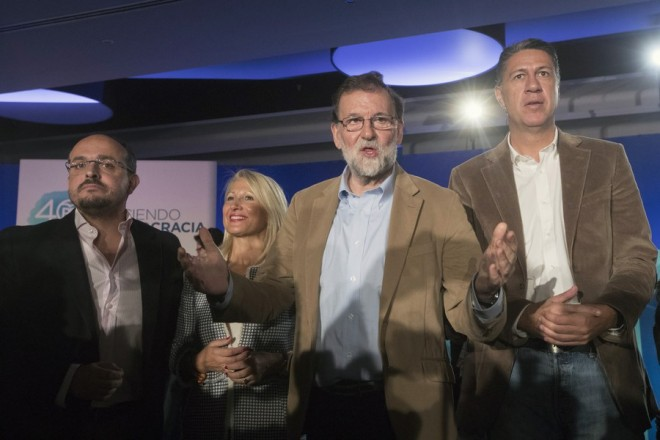 epa06324451 Mariano Rajoy (2-R), Spanish Prime Minister and ruling People's Party (PP)'s President, and PP's candidate for Catalonian regional President, Xavier Garcia Albiol (R), attend a party's event in Barcelona, northeastern Spain, 12 November 2017. The Catalonian regional election will be held on 21 December 2017.  EPA/MARTA PEREZ