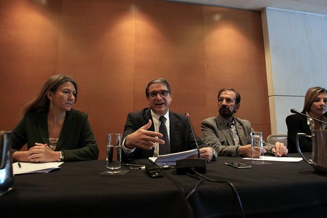 Ο διευθύνων σύμβουλος της Αθηναϊκής Ζυθοποιείας Ζωούλλης Μηνά (2Α) μιλάει σε συνέντευξη τύπου σε κεντρικό ξενοδοχείο της Αθήνας, την Πέμπτη 3 Δεκεμβρίου 2015. ΑΠΕ-ΜΠΕ/ΑΠΕ-ΜΠΕ/ΣΥΜΕΛΑ ΠΑΝΤΖΑΡΤΖΗ