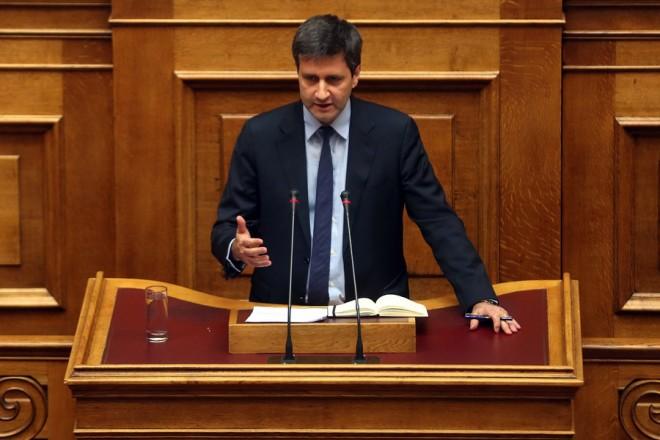 Ο αναπληρωτής υπουργός Οικονομικών Γιώργος Χουλιαράκης  απευθύνεται στην ολομέλεια της Βουλής, στη δευτερολογία του, στην προ ημερήσιας διατάξεως συζήτηση, σε επίπεδο αρχηγών κομμάτων, για την οικονομία, Αθήνα Δευτέρα 3 Ιουλίου 2017.  ΑΠΕ-ΜΠΕ/ΑΠΕ-ΜΠΕ/ΟΡΕΣΤΗΣ ΠΑΝΑΓΙΩΤΟΥ
