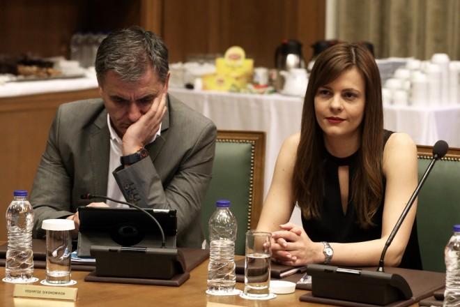 Ο υπουργός Οικονομικών Ευκλείδης Τσακαλώτος (Α) και η υπουργός Εργασίας Εφη Αχτσιόγλου (Δ) συμμετέχουν στη συνεδρίαση του υπουργικού συμβουλίου υπό την προεδρία του πρωθυπουργού Αλέξη Τσίπρα, στη Βουλή, Αθήνα, την Τρίτη 13 Ιουνίου 2017. ΑΠΕ-ΜΠΕ/ΑΠΕ-ΜΠΕ/ΣΥΜΕΛΑ ΠΑΝΤΖΑΡΤΖΗ