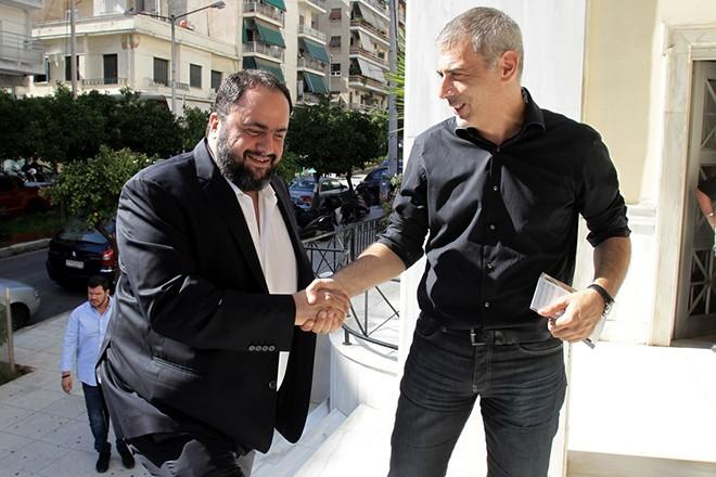 Ο δήμαρχος Πειραιά Γιάννης Μώραλης (Δ) υποδέχεται τον πρόεδρο της ΠΑΕ Ολυμπιακός Βαγγέλη Μαρινάκη (Α) κατά την επίσκεψη της ομάδας ποδοσφαίρου του Ολυμπιακού στο Αρχαιολογικό Μουσείο του δήμου Πειραιά, Τρίτη 13 Οκτωβρίου 2015. Την επίσκεψη οργάνωσε ο δήμαρχος Πειραιά Γιάννης Μώραλης και παραβρέθηκε και ο πρόεδρος της ΠΑΕ Ολυμπιακός Βαγγέλης Μαρινάκης. ΑΠΕ-ΜΠΕ/ΑΠΕ-ΜΠΕ/ΑΛΕΞΑΝΔΡΟΣ ΒΛΑΧΟΣ