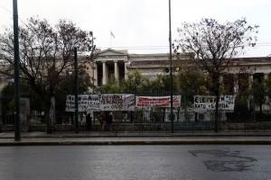 Πανό αναρτημένα στα κάγκελα λίγο πριν την συγκέντρωση φοιτητικών συλλόγων έξω από το πολυτεχνείο λόγο του ότι το κτίριο βρίσκεται υπό κατάληψη από ομάδες αντιεξουσιαστών με αφορμή τον εορτασμό του τριημέρου για τα γεγονότα της 17 Νοέμβρη 1974, Τετάρτη 15 Νοεμβρίου 2017. ΑΠΕ-ΜΠΕ/ΑΠΕ-ΜΠΕ/ΘΑΝΑΣΗΣ ΚΑΜΒΥΣΗΣ