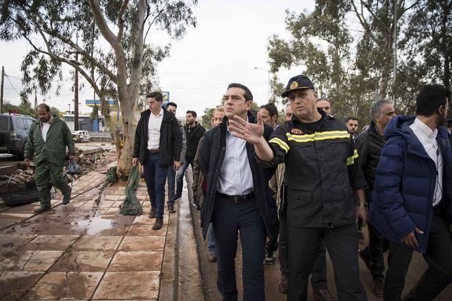 «Σοκαρισμένος» μετά την επίσκεψη στη Μάνδρα ο πρωθυπουργός – Δέσμευση για αποκατάσταση των πληγέντων