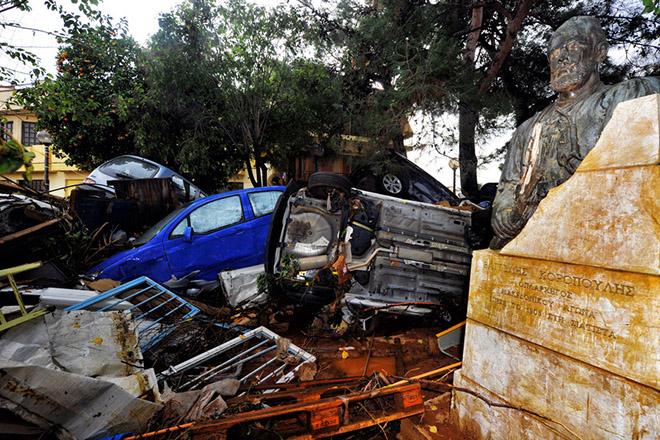 Κατεστραμμένα αυτοκίνητα και προτομή ανάμεσα στα μπάζα, στη Μάνδρα Αττικής, μετά τις καταρρακτώδεις βροχές που έπληξαν την περιοχή, Πέμπτη 16 Νοεμβρίου 2017.  Τους 16 έχουν φτάσει οι νεκροί και πέντε ακόμα άνθρωποι αγνοούνται ενώ μεγάλες είναι οι καταστροφές σε σπίτια, καταστήματα και περιουσίες από τις χθεσινές πλημμύρες στη Μάνδρα, τα  Μέγαρα και τη Νέα Πέραμο στην Αττική. ΑΠΕ ΜΠΕ/ΑΠΕ ΜΠΕ/ΒΑΣΙΛΗΣ ΨΩΜΑΣ