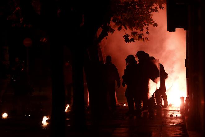 Άνδρες των ΜΑΤ προσπαθούν να αποφύγουν βόμβες μολότοφ που πέταξαν διαδηλωτές κατά τη διάρκεια επεισοδίων που σημειώθηκαν  μετά το τέλος της πορείας της 44ης επετείου της εξέγερσης του Πολυτεχνείου το 1973,  στην Αθήνα, Παρασκευή 17 Νοεμβρίου 2017. Επεισόδια σημειώθηκαν στη λεωφόρο Αλεξάνδρας, μεταξύ αντιεξουσιαστών και αστυνομικών, μετά την ολοκλήρωση της πορείας για το Πολυτεχνείο.  ΑΠΕ ΜΠΕ /ΑΠΕ ΜΠΕ/ΓΙΑΝΝΗΣ ΚΟΛΕΣΙΔΗΣ