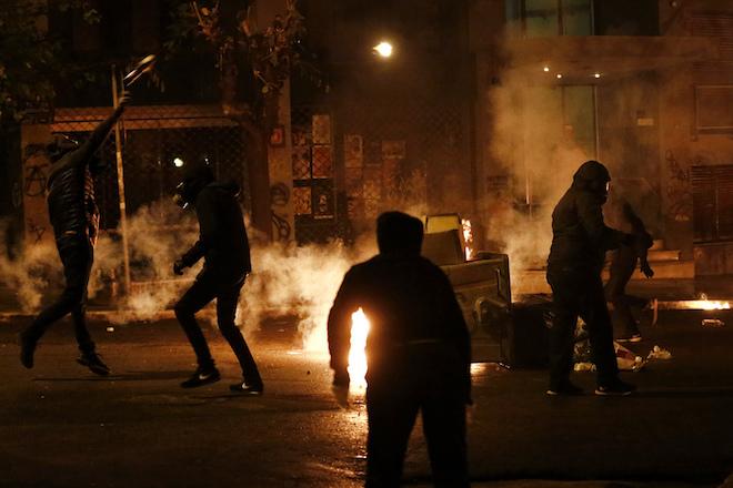 Διαδηλωτές πετούν  βόμβες μολότοφ  κατά τη διάρκεια επεισοδίων που σημειώθηκαν  μετά το τέλος της πορείας της 44ης επετείου της εξέγερσης του Πολυτεχνείου το 1973,  στην Αθήνα, Παρασκευή 17 Νοεμβρίου 2017. Επεισόδια σημειώθηκαν στη λεωφόρο Αλεξάνδρας, μεταξύ αντιεξουσιαστών και αστυνομικών, μετά την ολοκλήρωση της πορείας για το Πολυτεχνείο.  ΑΠΕ ΜΠΕ /ΑΠΕ ΜΠΕ/ΓΙΑΝΝΗΣ ΚΟΛΕΣΙΔΗΣ