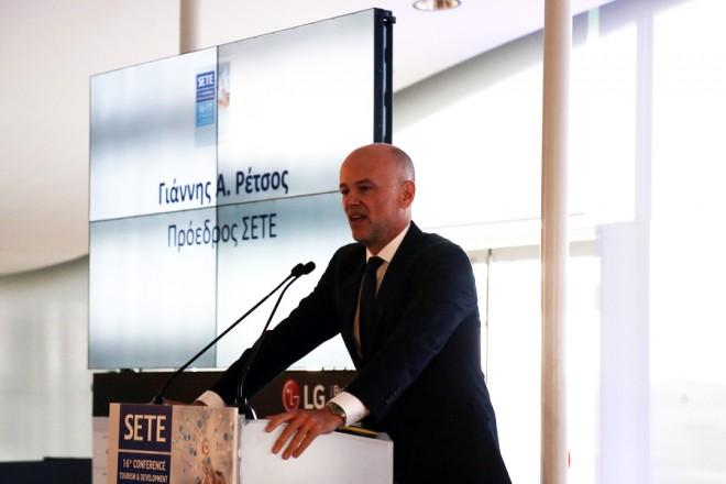 Ο πρόεδρος του ΣΕΤΕ Γιάννης Α. Ρέτσος μιλάει από το βήμα στο 16ο Συνέδριο του Συνδέσμου Ελληνικών Τουριστικών Επιχειρήσεων (ΣΕΤΕ)  με θέμα: «Ελληνικός Τουρισμός: Ανάπτυξη και Βιωσιμότητα. Για την οικονομία, την κοινωνία, το περιβάλλον»,στο Κέντρο Πολιτισμού, Ίδρυμα Σταύρος Νιάρχος.Τρίτη 17 Οκτωβρίου 2017 ΑΠΕ-ΜΠΕ/ΑΠΕ-ΜΠΕ/ΘΑΝΑΣΗΣ ΚΑΜΒΥΣΗΣ