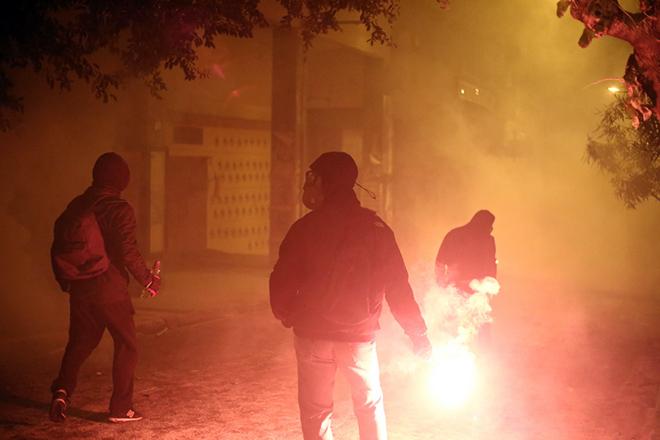 Διαδηλωτές πετουν βόμβες μολότοφ κατά τη διάρκεια επεισοδίων με άνδρες των ΜΑΤ, στα Εξάρχεια, μετά το τέλος της πορείας της 44ης επετείου της εξέγερσης του Πολυτεχνείου το 1973, στην Αθήνα, Παρασκευή 17 Νοεμβρίου 2017. Δεκάδες βόμβες μολότοφ, πέτρες και άλλα αντικείμενα συνεχίζουν να πετούν διαδηλωτές εναντίον των αστυνομικών δυνάμεων, στις οδούς Στουρνάρη και Τοσίτσα και σε δρόμους πίσω από το Πολυτεχνείο. Οι αστυνομικοί απαντούν με χρήση δακρυγόνων και χειροβομβίδες κρότου λάμψης, ενώ πάνω από την περιοχή πετάει συνεχώς ελικόπτερο της Ελληνικής Αστυνομίας. ΑΠΕ ΜΠΕ /ΑΠΕ ΜΠΕ/ΘΑΝΑΣΗΣ ΚΑΜΒΥΣΗΣ
