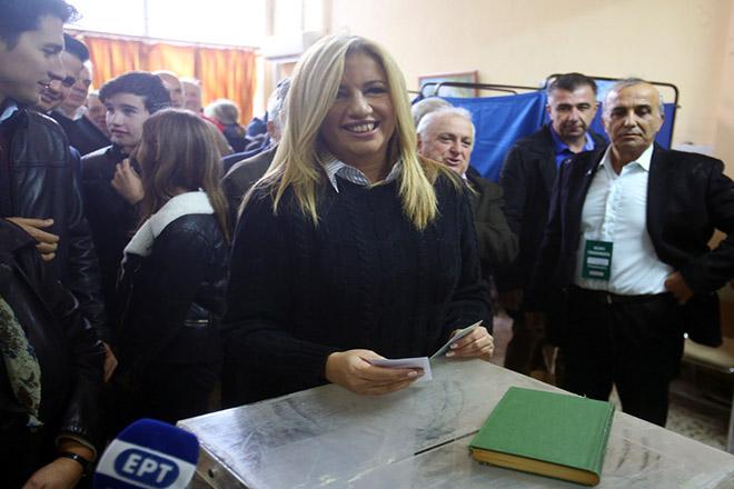Η πρόεδρος του ΠΑΣΟΚ και επικεφαλής της Δημοκρατικής Συμπαράταξης, Φώφη Γεννηματά (Κ), ψηφίζει στο δεύτερο γύρο εκλογών για ανάδειξη επικεφαλής της Κεντροαριστεράς, σε εκλογικό τμήμα στο 1ο ΚΑΠΗ Καματερού, Αθήνα, Κυριακή 19 Νοεμβρίου 2017. ΑΠΕ-ΜΠΕ/ ΑΠΕ-ΜΠΕ/ Αλέξανδρος Μπελτές