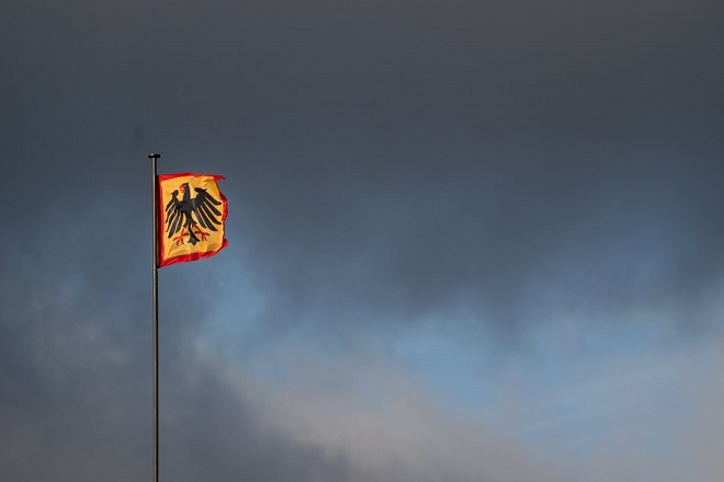 epa06340029 The flag of the German President flies in the sunlight in front of a dark cloudy sky over Berlin, Germany, 20 November 2017. The Christian Democratic Union (CDU), the Christian Social Union (CSU), the Greens and the Free Democratic Party (FDP) held talks to form the next Government after the general elections in September. The exploratory talks to form a new government failed early morning 20 November as FDP withdrew. As a result German Chancellor Angela Merkel of the Christian Democratic Union (CDU) is expected to report to the German President Frank-Walter Steinmeier, who may take further steps, either to accept a minority government or to initiate new general elections.  EPA/CLEMENS BILAN