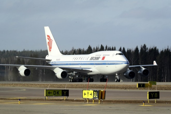 epa05887841 Chinese President Xi Jinping arrives by Air China's B-2472 Boeing 747-4J6 aircraft at Helsinki airport in Vantaa, Finland, 04 April 2017.  EPA/MAURI RATILAINEN