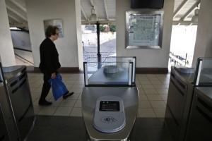 Μιά γυναίκα περπατάει πίσω από τα σημεία ελέγχου του νέου ηλεκτρονικού εισιτηρίου, στον σταθμό μετρό, στο Μοναστηράκι, Αθήνα Σάββατο 7 Οκτωβρίου 2017. Από την Πέμπτη 5 Οκτωβρίου 2017, με εντολή του υπουργού Μεταφορών, σταμάτησε η έκδοση χάρτινων εισιτηρίων για τα Μέσα Μαζικής Συγκοινωνίας της Αθήνας. Οι επιβάτες, από εδώ και στο εξής, θα πρέπει να προμηθεύονται τα νέα «έξυπνα» εισιτήρια του ΟΑΣΑ, για το μετρό, το τραμ, τον ηλεκτρικό ή τα λεωφορεία και τρόλεϊ.  του ΟΑΣΑ. ΑΠΕ-ΜΠΕ/ΑΠΕ-ΜΠΕ/ΓΙΑΝΝΗΣ ΚΟΛΕΣΙΔΗΣ