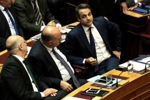 Ο πρόεδρος της ΝΔ Κυριάκος Μητσοτάκης (Δ) παρίσταται στην αναβληθείσα συζήτηση του κυβερνητικού νομοσχεδίου για το Κοινωνικό Μέρισμα στην Ολομέλεια της Βουλής, Δευτέρα 20 Νοεμβρίου 2017. Η συζήτηση που είχε προγραμματιστεί για την περασμένη Πέμπτη, αναβλήθηκε από τον πρόεδρο της Βουλής Ν. Βούτση, μετά από επικοινωνία που είχε με τον πρωθυπουργό Αλ. Τσίπρα, «λόγω του εθνικού πένθους και της ανείπωτης τραγωδίας που έπληξε τη Δυτική Αττική».  ΑΠΕ-ΜΠΕ/ΑΠΕ-ΜΠΕ/ΣΥΜΕΛΑ ΠΑΝΤΖΑΡΤΖΗ