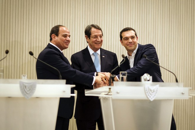 (Ξένη Δημοσίευση) Ο πρωθυπουργός Αλέξης Τσίπρας (Δ), ο Πρόεδρος της Κυπριακής Δημοκρατίας Νίκος Αναστασιάδης (Κ) και ο Πρόεδρος της Αιγύπτου Αμπντέλ Φατάχ αλ Σίσικατά (Α) ανταλλάσουν χειραψία μετά τις κοινές δηλώσεις μετά την Τριμερή Σύνοδο Κορυφής Ελλάδας-Κύπρου-Αιγύπτου, στο Προεδρικό Μέγαρο στη Λευκωσία, Τρίτη 21  Νοεμβρίου 2017. ΑΠΕ-ΜΠΕ/ΓΡΑΦΕΙΟ ΤΥΠΟΥ ΠΡΩΘΥΠΟΥΡΓΟΥ/Andrea Bonetti