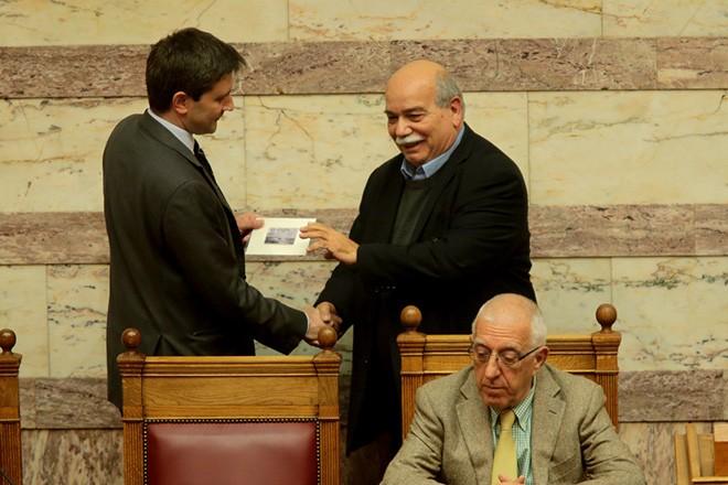 O αναπληρωτής υπουργός Οικονομικών Γιώργος Χουλιαράκης παραδίδει στον Πρόεδρο της Βουλής  Νίκο Βούτση  το προσχέδιο του  Προϋπολογισμού του 2018 στη Βουλή , Τρίτη 21 Νοεμβρίου 2017. Κατατέθηκε στην Βουλή το προσχέδιο του προϋπολογισμού του 2018. ΑΠΕ-ΜΠΕ/ΑΠΕ-ΜΠΕ/Παντελής Σαίτας