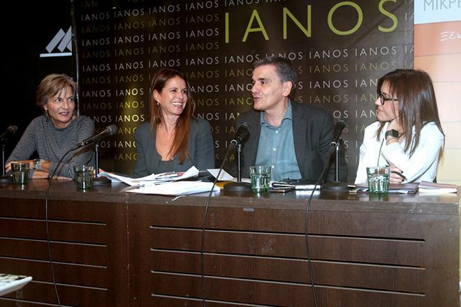 """Ο υπουργός Οικονομικών Ευκλείδης Τσακαλώτος (2Δ) πλαισιωμένος από την Αντιγόνη Λυμπεράκη  (Α) ,  την Κάλλια Καμπουρίδου  (Δ) και την Ξένια Κουναλάκη (2Α) μιλά σε παρουσίαση βιβλίου , Τετάρτη 21 Νοεμβρίου 2017. Σε κεντρικό βιβλιοπωλείο έγινε η παρουσίαση του βιβλίου της Αντιγόνης Λυμπεράκη, Γυναίκες στην οικονομία από τη σειρά """"Μικρές Εισαγωγές"""". ΑΠΕ-ΜΠΕ/ΑΠΕ-ΜΠΕ/Παντελής Σαίτας"""
