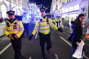 epa06348653 London police officers react to an incident near Oxford Circus tube station in Oxford Street, central London, Britain, 24 November 2017. The London Metropolitan Police (MPS) state that Police officers are continuing to search the area and to date police have not located any trace of any suspects, evidence of shots fired or casualties. Officers continue to work with colleagues from British Transport Police in the area of Oxford Circus.  EPA/FACUNDO ARRIZABALAGA