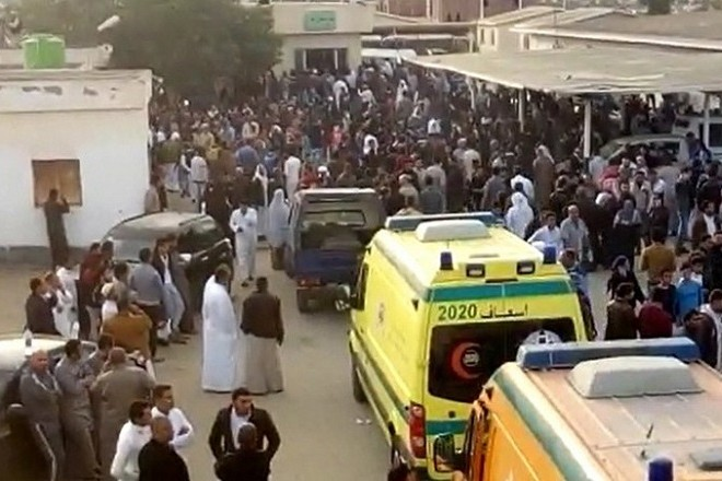 epa06348801 A grab image taken from taken from a video footage shows people and ambulances waiting to evacuate victims outside the mosque that was attacked in the northern city of Arish, Sinai Peninsula, Egypt, 24 November 2017. According to reports, at least 270 people were killed and 90 injured after a bomb was detonated at a mosque and fire opened on worshippers in the Sinai town of Bir al-Abd, near Arish.  EPA/STR BEST QUALITY AVAILABLE