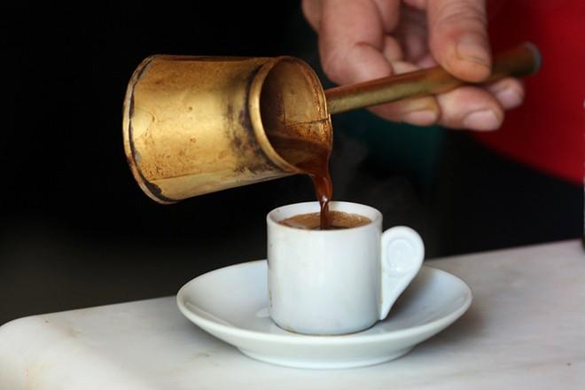Ελληνικός καφές σε παραδοσιακό μπρίκι, Κυριακή 01 Ιανουαρίου 2017. Αυξάνονται από την Πρωτοχρονιά οι έμμεσοι φόροι σε καύσιμα, καφέ και προϊόντα καπνού. ΑΠΕ-ΜΠΕ/ΑΠΕ-ΜΠΕ/ΣΥΜΕΛΑ ΠΑΝΤΖΑΡΤΖΗ