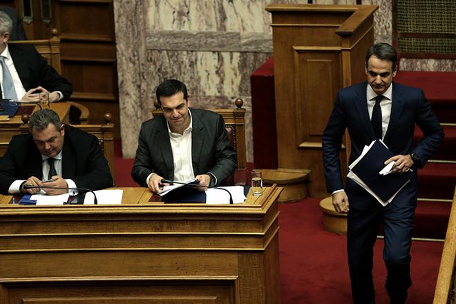 Ο πρόεδρος της ΝΔ Κυριάκος Μητσοτάκης (Δ) κατεβαίνει από το βήμα μετά από την ομιλία του στη συζήτηση της επίκαιρης επερώτησης της ΝΔ για την υπόθεση της πώλησης βλημάτων στην Σαουδική Αραβία, στην Ολομέλεια της Βουλής, Δευτέρα 27 Νοεμβρίου 2017. ΑΠΕ-ΜΠΕ/ΑΠΕ-ΜΠΕ/ΣΥΜΕΛΑ ΠΑΝΤΖΑΡΤΖΗ