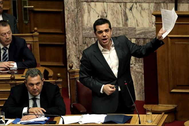 Ο πρωθυπουργός Αλέξης Τσίπρας (Δ) μιλάει στη συζήτηση της επίκαιρης επερώτησης της ΝΔ για την υπόθεση της πώλησης βλημάτων στην Σαουδική Αραβία, στην Ολομέλεια της Βουλής, Δευτέρα 27 Νοεμβρίου 2017. ΑΠΕ-ΜΠΕ/ΑΠΕ-ΜΠΕ/ΣΥΜΕΛΑ ΠΑΝΤΖΑΡΤΖΗ