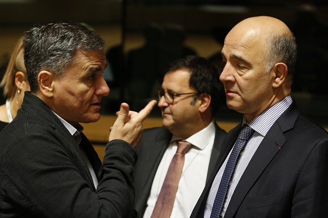 epa06255851 Greek Finance Minister Euclid Tsakalotos (L) talks to European Commissioner for Economic and Financial Affairs, Taxation and Customs Pierre Moscovici (R) at the start of the Finance Ministers meeting in Luxembourg, 10 October 2017. The Council is expected to approve a new system for resolving double taxation disputes.  EPA/JULIEN WARNAND