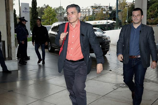Ο υπουργός Οικονομικών Ευκλείδης Τσακαλώτος (Κ) προσέρχεται για συνάντηση με τους θεσμούς σε κεντρικό ξενοδοχείο της Αθήνας, Πέμπτη 30 Νοεμβρίου 2017. ΑΠΕ-ΜΠΕ/ΑΠΕ-ΜΠΕ/ΣΥΜΕΛΑ ΠΑΝΤΖΑΡΤΖΗ