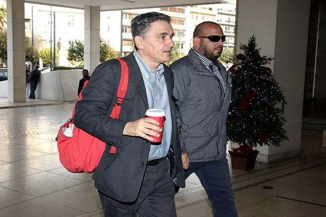 Ο υπουργός Οικονομικών Ευκλείδης Τσακαλώτος (Α) προσέρχεται για συνάντηση με τους θεσμούς σε κεντρικό ξενοδοχείο της Αθήνας, Παρασκευή 01 Δεκεμβρίου 2017. ΑΠΕ-ΜΠΕ/ΑΠΕ-ΜΠΕ/ΣΥΜΕΛΑ ΠΑΝΤΖΑΡΤΖΗ