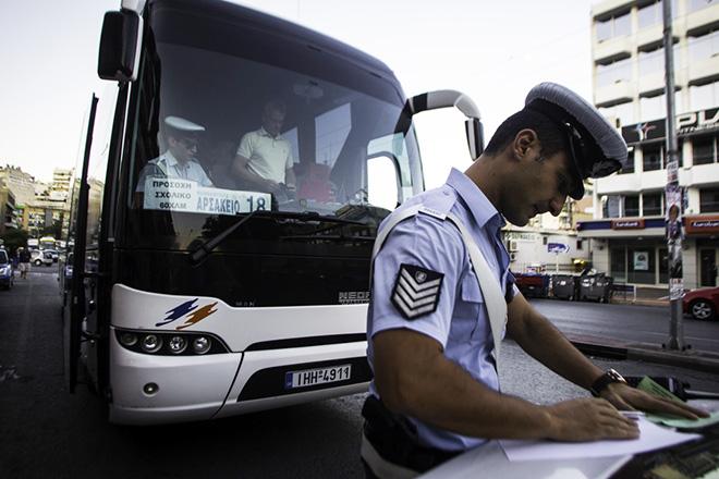 Άνδρες της τροχαίας ελέγχουν σχολικό λεωφορείο. Αθήνα, Πέμπτη 11 Σεπτεμβρίου 2014. Με την έναρξη της σχολικής χρονιάς, η τροχαία διεξήγαγε ελέγχους σε σχολικά. ΑΠΕ-ΜΠΕ/ΑΠΕ-ΜΠΕ/Φώτης Πλέγας Γ.