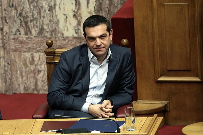 Ο πρωθυπουργός Αλέξης Τσίπρας παρίσταται στην αναβληθείσα συζήτηση του κυβερνητικού νομοσχεδίου για το Κοινωνικό Μέρισμα στην Ολομέλεια της Βουλής, Δευτέρα 20 Νοεμβρίου 2017. Η συζήτηση που είχε προγραμματιστεί για την περασμένη Πέμπτη, αναβλήθηκε από τον πρόεδρο της Βουλής Ν. Βούτση, μετά από επικοινωνία που είχε με τον πρωθυπουργό Αλ. Τσίπρα, «λόγω του εθνικού πένθους και της ανείπωτης τραγωδίας που έπληξε τη Δυτική Αττική».  ΑΠΕ-ΜΠΕ/ΑΠΕ-ΜΠΕ/ΣΥΜΕΛΑ ΠΑΝΤΖΑΡΤΖΗ
