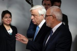 O πρόεδρος και διευθύνων σύμβουλός της APIVITA Νίκος Κουτσιανάς (Δ) ξεναγεί τον Πρόεδρο της Δημοκρατίας  Προκόπη Παυλόπουλο (Α), στις  εγκαταστάσεις της Apivita, κατά τη διάρκεια της επίσκεψής του, την Παρασκευή 1 Δεκεμβρίου 2017. ΑΠΕ-ΜΠΕ/ΑΠΕ-ΜΠΕ/ ΑΛΕΞΑΝΔΡΟΣ ΜΠΕΛΤΕΣ