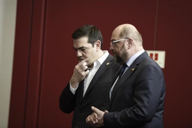 (Ξένη Δημοσίευση) Ο πρωθυπουργός Αλέξης Τσίπρας (A) συνομιλεί με τον πρόεδρο του Ευρωπαϊκού Κοινοβουλίου, Μάρτιν Σουλτς (Δ), στη Σύνοδο του Ευρωπαϊκού Συμβουλίου στις Βρυξέλλες, Πέμπτη 18 Φεβρουαρίου 2016. ΑΠΕ-ΜΠΕ/ΓΡΑΦΕΙΟ ΤΥΠΟΥ ΠΡΩΘΥΠΟΥΡΓΟΥ/Andrea Bonetti