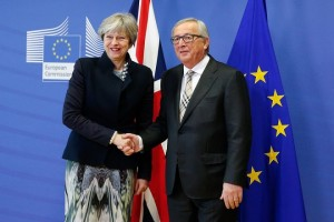 epa06366604 British Prime Minister Theresa May (L) is welcomed by EU Commission President Jean-Claude Juncker (R) prior to a meeting at the EU Commission in Brussels, Belgium, 04 December 2017.  EPA/JULIEN WARNAND