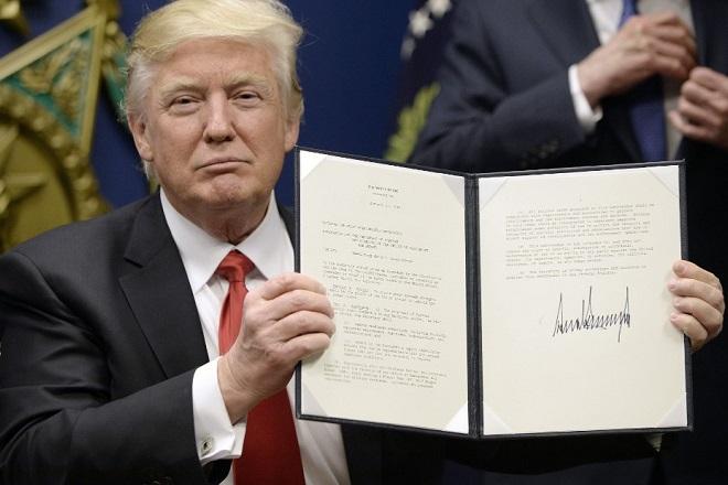 «Πράσινο φως» από το Ανώτατο Δικαστήριο για το αντιμεταναστευτικό διάταγμα Τραμπ