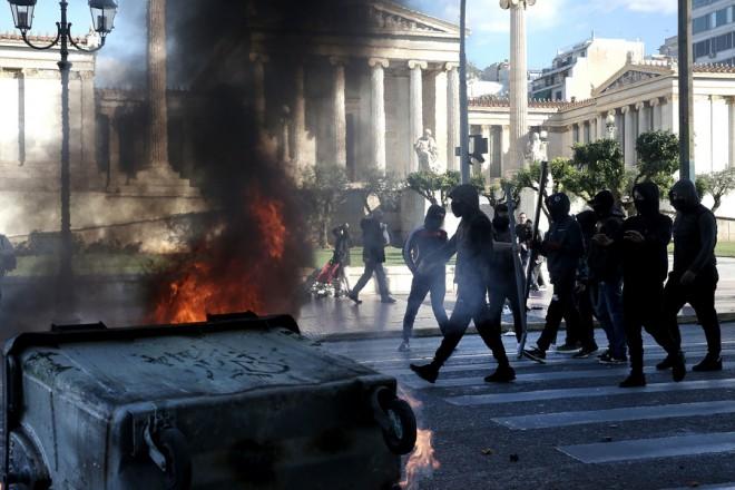Κουκουλοφόροι έχουν στήσει οδοφράγματα και καίνε κάδους σκουπιδιών στην Πανεπιστημίου, λίγο πριν ξεκινήσει η  μαθητική πορεία διαμαρτυρίας, για τα εννιά χρόνια από τη δολοφονία του Αλέξη Γρηγορόπουλου, το Δεκέμβρη του 2008, στο κέντρο της Αθήνας, Τετάρτη 06 Δεκεμβρίου 2017. Εννιά χρόνια συμπληρώνονται σήμερα από τη δολοφονία του Αλέξανδρου Γρηγορόπουλου στα Εξάρχεια από αστυνομικό. ΑΠΕ-ΜΠΕ/ΑΠΕ-ΜΠΕ/ΣΥΜΕΛΑ ΠΑΝΤΖΑΡΤΖΗ